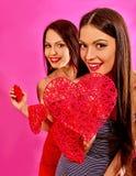 Lesbiska kvinnor som rymmer hjärtasymbol Royaltyfria Bilder