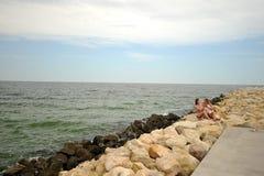 Lesbiska par på den Black Sea kusten som har gyckel royaltyfri fotografi