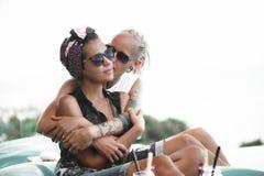 Lesbiska par tillsammans Outdoos royaltyfri bild