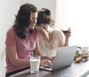 Lesbiskt för par begrepp tillsammans inomhus arkivbilder