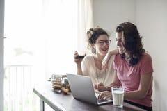 Lesbiskt för par begrepp tillsammans inomhus royaltyfri bild