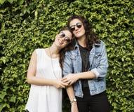 Lesbiskt för par begrepp tillsammans utomhus royaltyfria foton