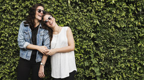 Lesbiskt för par begrepp tillsammans utomhus Arkivfoton