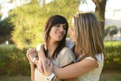 Lesbiskt krama för par Arkivfoton