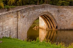 LESBURY NORTHUMBERLAND/UK - 14 DE AGOSTO: El puente viejo del molino en L imagen de archivo libre de regalías