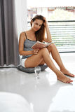 Lesebücher Frau, die Buch-Haus genießt Erholung, Freizeitbetätigung lizenzfreie stockbilder