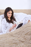 Lesebuch auf Bett Stockfotos