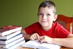 Lesebuch und Handelnheimarbeit Stockfotos