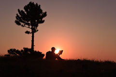 Lesebuch unter dem Baum Lizenzfreie Stockfotografie
