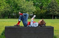 Lesefrau im Park Stockfotos