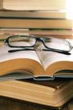 Lesegläser auf dem geöffneten Buch Stockfotografie