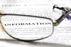 Lesegläser und Wortinformationen im Fokus Stockbild