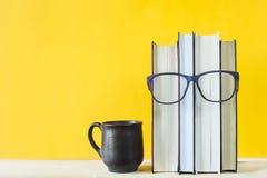 Leselehrbücher beim Studieren lizenzfreie stockbilder