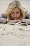 Lesen auf dem Strand Stockbild