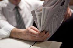 Lesen der Finanzzeitung Lizenzfreie Stockfotografie