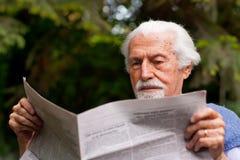 Lesen der Zeitung stockbilder
