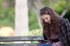 Lesen des digitalen Buches Stockfotografie