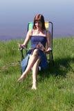 Lesen durch das Meer Stockbild