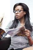Lesen einer Zeitschrift Stockfotos