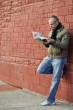 Lesen einer Zeitung Stockbild