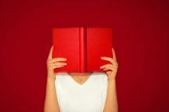 Lesen eines Buches Lizenzfreie Stockbilder