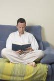 Lesen eines Buches Stockfoto