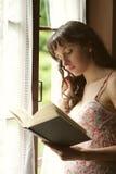 Lesen eines Buches Lizenzfreie Stockfotos