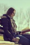 Lesen eines Buches Lizenzfreies Stockbild
