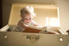 Lesen eines Buches Stockbilder