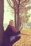 Lesen eines Buches Stockfotos