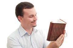 Lesen eines Journals stockbilder
