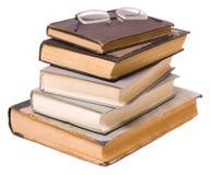 Lesen - Gläser auf einem Stapel der Bücher Stockfotos