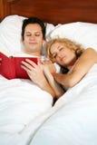 Lesen im Bett Stockfoto