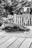 Lesen im Garten Stockfoto