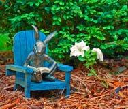 Lesen im Garten Stockfotos