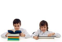Lesen mit zwei Jungen Lizenzfreies Stockfoto