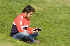 Lesen am Park Lizenzfreie Stockfotos