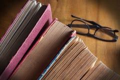 Lesen Sie alte Bücher Lizenzfreie Stockbilder