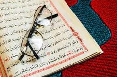Lesen Sie die Heilige Schrift des Islams Lizenzfreie Stockfotos