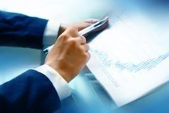 Lesen Sie Finanzreport lizenzfreie stockfotografie