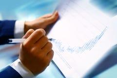 Lesen Sie Finanzreport lizenzfreie stockbilder
