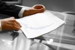 Lesen Sie Finanzreport lizenzfreies stockfoto