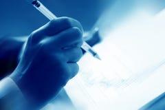 Lesen Sie Finanzreport stockbilder