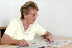 Lesen Sie Seniorin Lizenzfreie Stockbilder