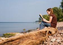 Lesen am Strand Stockfotos