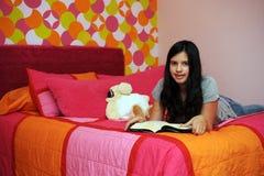 Lesen vor Bett Stockfotos