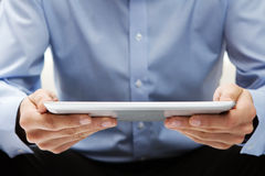 Lesenachrichten an der digitalen Tablette lizenzfreie stockfotos