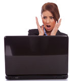 Lesende falsche Nachrichten der Geschäftsfrau am Laptop Stockbild