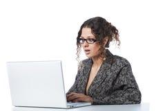 Lesende falsche Nachrichten der schönen Geschäftsfrau Lizenzfreie Stockfotografie