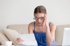 Lesende negative Nachrichten der besorgten Frau im Buchstaben, ausfallen schlechtes Ergebnis Lizenzfreies Stockfoto